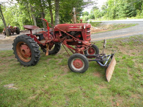 1951 International Cub http://oldtractorpictures.com/Farmall/